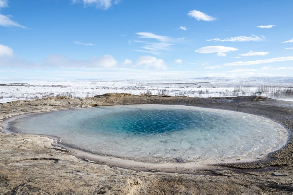 アイスランド  Deep blue thermal geyser lake in Strokkur, Golden circle shutterstock_388778599