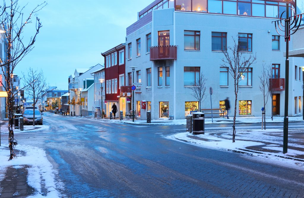 アイスランド Skolavordustigur street in the center of Reykjavik at dusk in the winter shutterstock_344962568