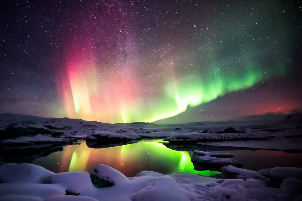 アイスランド A beautiful green and red aurora dancing over the Jokulsarlon lagoon shutterstock_241717330 (1)